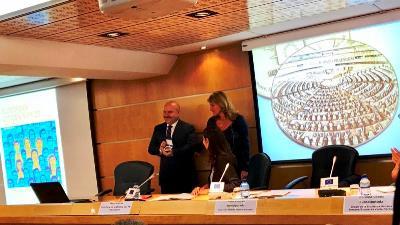 El presidente del CERMI, Luis Cayo Pérez Bueno, junto a Rosa Estarás, eurodiputada popular que propuso la candidatura del CERMI al Premio del Ciudadano Europeo