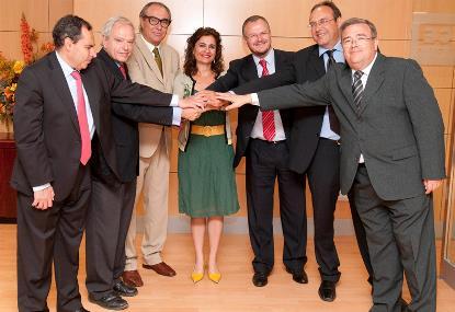 Tras la constitución de la Mesa, imagen con la consejera de Salud y Bienestar Social, María Jesús Montero