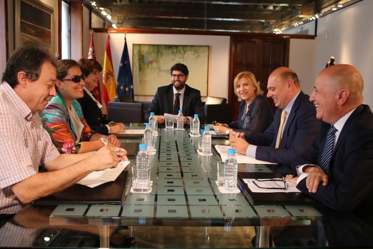 Fernando López Miras, presidente de la Región de Murcia, en una reunión con miembros del CERMI Región de Murcia