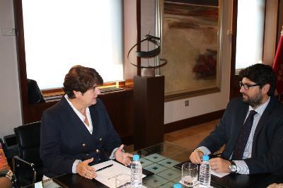 Fernando López Miras, presidente de la Región de Murcia con Pilar Morales, presidenta del CERMI Región de Murcia