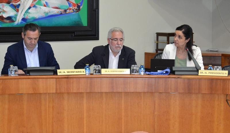 La presidenta del Parlamento gallego, Pilar Rojo, el vicepresidente Miguel Santalices y el secretario de constitución de la Comisión no Permanente y diputado, José Manuel Balseiro