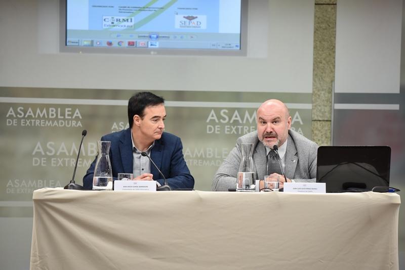 Jesús Gumiel, vicepresidente de CERMI Extremadura y Luis Cayo Pérez Bueno, presidente del CERMI, en la Asamblea de Extremadura, en la jornada sobre concierto social y entidades no lucrativas de acción