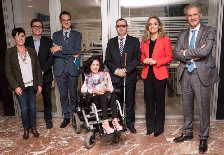 Foto de familia de la Mesa redonda con los Portavoces de la Comisión de Políticas Integrales sobre la Discapacidad del Senado