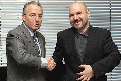 Luis Cayo Pérez Bueno (dcha), presidente del CERMI, y Alberto Andreu, director global de Asuntos Públicos de Telefónica, durante la firma del convenio