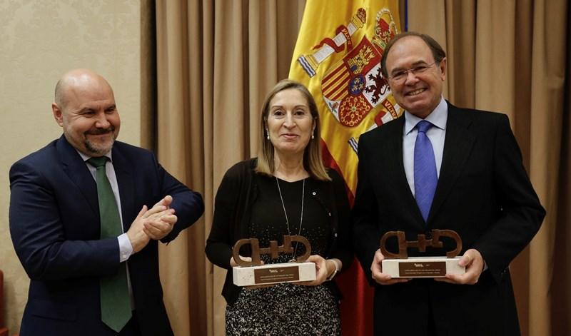El presidente del CERMI, Luis Cayo Pérez Bueno, junto a la presidenta del Congreso, Ana Pastor, y el presidente del Senado, Pío García-Escudero