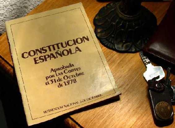 Una Constitución Española sobre una mesilla al lado de unas llaves (foto: Congreso)
