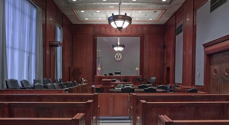 Detalle de un juzgado y los asientos para el jurado