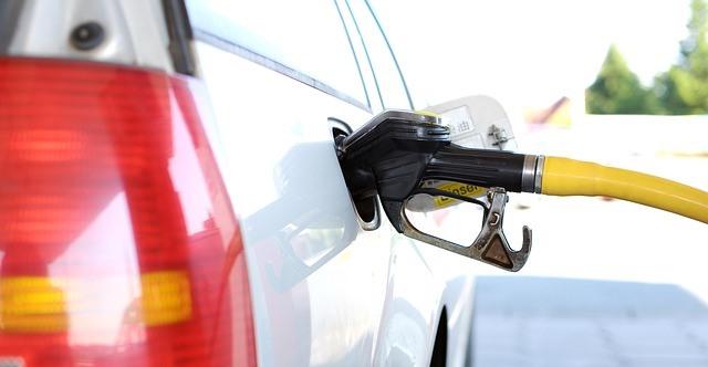 Coche repostando gasolina