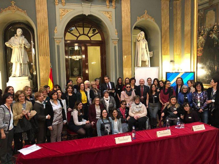 Foto de grupo de las mujeres del movimiento asociativo de la discapacidad con José Luis Zapatero