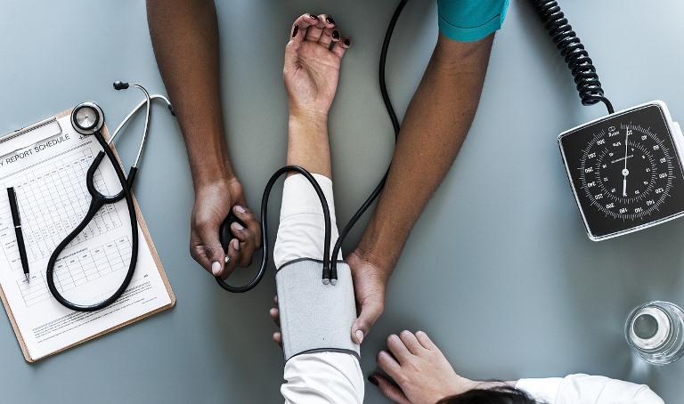 Profesional sanitario trabajando