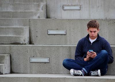 Niño sentado en unas gradas