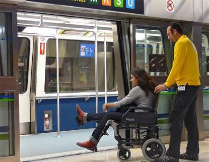 Un hombre empuja una silla de ruedas