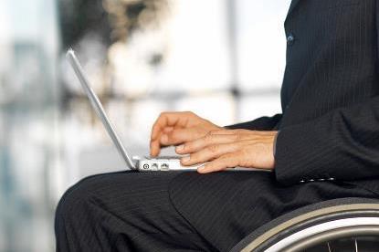 Usuario de silla de ruedas con  un portátil