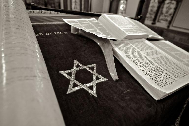 La estrella de Davis junto a un libro de lectura de la religión judía