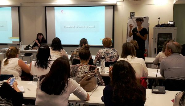 Isabel Caballero, coordinadora de la Fundación CERMI Mujeres en una de sus intervenciones en Uruguay