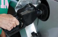 Una mano echando combustible al coche