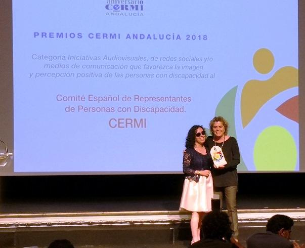 La secretaria general del CERMI Andalucía, Isabel Viruet, entregó el premio a Teresa Palahí, comisionada de CERMIS Autonómicos del CERMI Estatal