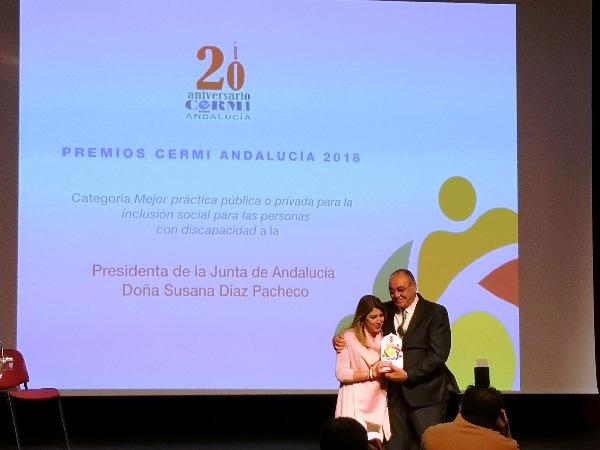 El presidente del CERMI Andalucía, José Manuel Porras, entregó el premio a la presidenta de la Junta de Andalucía, Susana Díaz