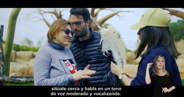 Yolanda Capell –a la izquierda–, en una imagen del segundo capítulo de la serie junto a su intérprete y una guía en el Bioparc