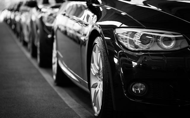 Fila de vehículos VTC aparcados