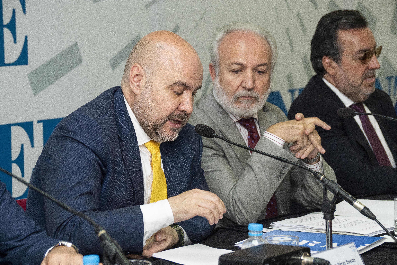 El presidente del CERMI junto con Doltz y Carballeda en la Asamblea.