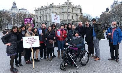 Las mujeres con discapacidad participan en la manifestación del 8 de marzo