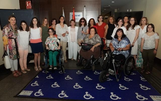 Mujeres con la secretaria de Estado de Servicios Sociales, Pilar Díaz.
