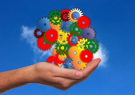 Una mano protege un mecanismo que simula ser la mente de una persona
