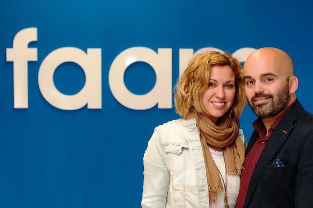 Mercedes López, 'neurocoach' personal y empresarial, con su marido Valentín Sola, ante un cartel de FAAM