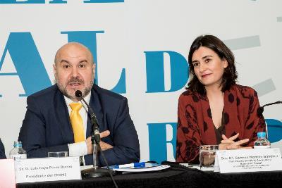 Luis Cayo Pérez junto a la Ministra en la Asamblea del CERMI.