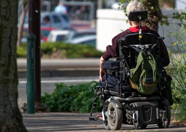 Una persona pasea en silla de ruedas eléctrica