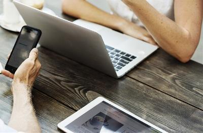 Personas trabajando con el móvil, tablet y ordenador