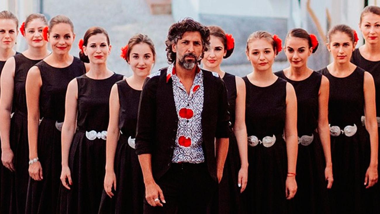 Arcángel, cantaor, junto al coro de voces búlgaras