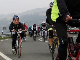 Felipe Orviz, abogado, practicando ciclismo