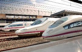 Trenes de alta velocidad de Renfe en una estación.