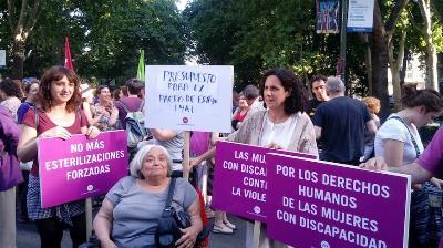 Representantes de la FCM en una manifestación contra las esterilizaciones forzosas.