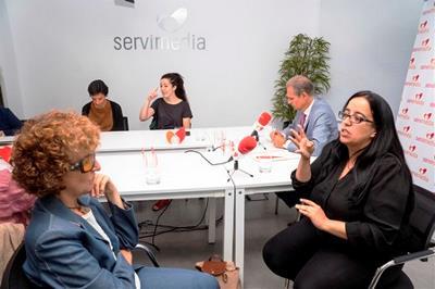 Rosana Rodrigo, de Fasocide, José Manuel González Huesa, director de cermi semanal, y las intérpretes de lengua de signos, durante la mesa del CERMI sobre accesibilidad al cine