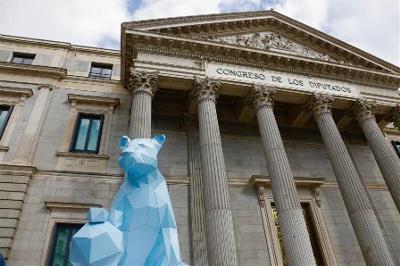 El Congreso de los Diputados celebra el Día de la Niña con una leona en las puertas del edificio