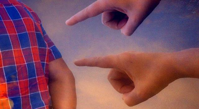 Dedos que señalan a una persona