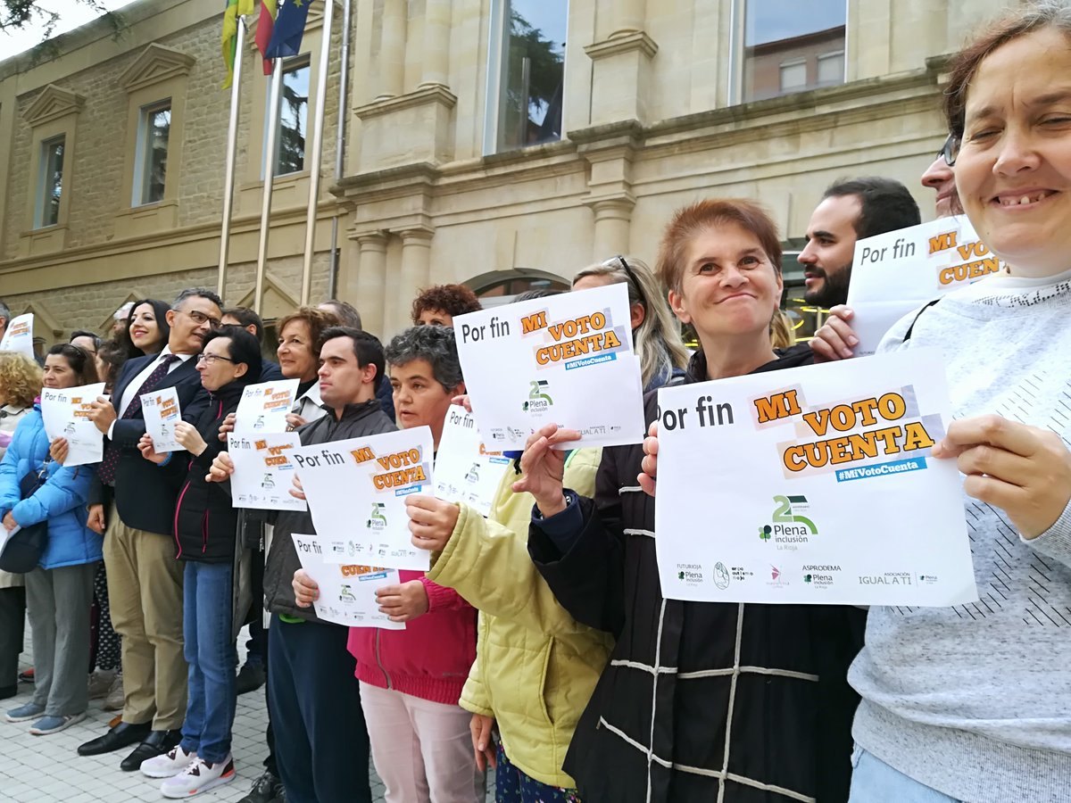 Personas celebran la votación en el Congreso con papeletas con el lema 'por fin mi voto cuenta'