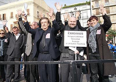 Joan Planells, ex presidente del CERMI Comunidad Valenciana junto a Luis Cayo Pérez Bueno, presidente del CERMI, en una concentración de protesta en Valencia