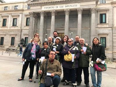 IZDA Íñigo Alli, portavoz del Grupo Mixto en la Comisión para las políticas integrales de la discapacidad, se fotografía con personas con discapacidad celebrando la reforma de la Loreg
