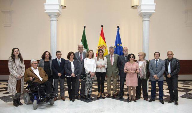 Susana Díaz, presidenta de la Junta de Andalucía, en foto de familia con representantes de CERMI Andalucía