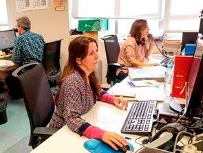Técnicos del servicio UNIDIS, mientras mantienen contacto con alumnos con discapacidad.
