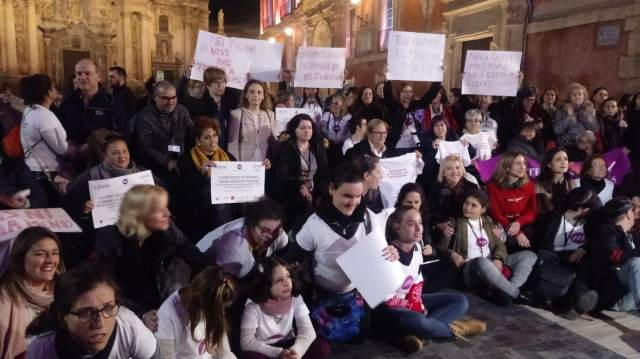 Imagen de mujeres y niñas con discapacidad concentradas por la noche en Murcia para protestar contra la falta de igualdad de oportunidades y la vulneración de derechos