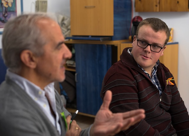 Jorge Ruiz con un profesional de Aspanias Burgos que le ayuda en las charlas contra el acoso escolar
