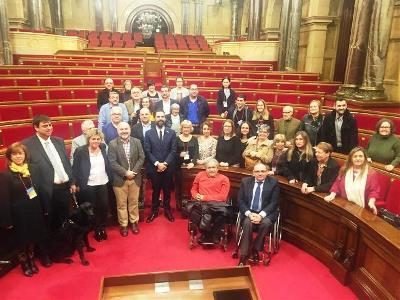 Representantes del sector de la discapacidad asisten a una recepción en el Parlament de Catalunya con Roger Torrent