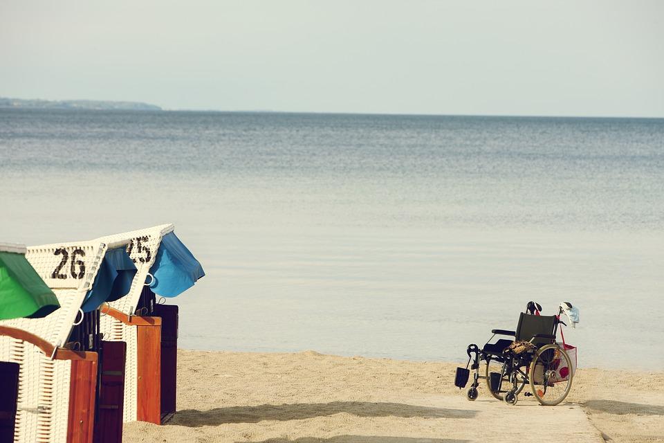 Silla de ruedas sobre una playa.