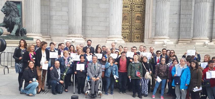 Foto de familia ante el Congreso cuando se logra por fin el voto para todas las personas con discapacidad