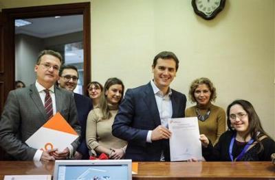 Albert Rivera, presidente de Ciudadanos presenta en el Registro del Congreso la Proposición de Ley contra la esterilización forzosa acompañado por CERMI Mujeres